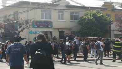 Photo of Manifestantes ayudan a Bomberos controlar incendio en un Bar de Temuco
