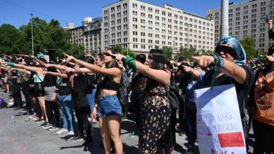 """Photo of """"El violador eres tú"""", el potente mensaje feminista que copa las calles de Chile"""