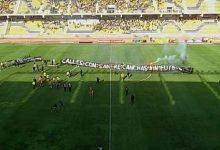 Photo of Hinchas invaden cancha y despliegan lienzo: «Calles con sangre, canchas sin fútbol»