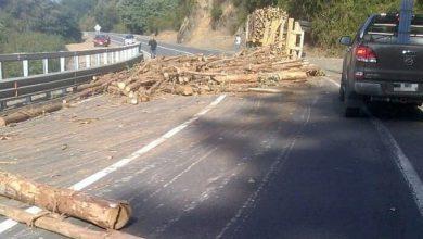 Photo of Lo peligroso que resulta encontrarse con un camión maderero de frente en una carretera
