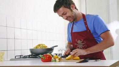 Photo of Hombres que cocinan y limpian la casa son los mejores amantes