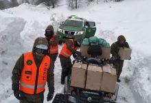 Photo of Carabineros de La Araucanía traslada alimentos a familias aisladas por las intensas nevazones en Lonquimay