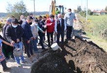 Photo of Autoridades y vecinos instalan la primera piedra para la pavimentación del camino Imperial – Carahue por el Bajo