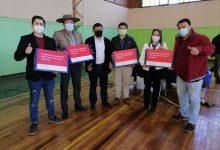 Photo of Estudiantes de 7º básico en Lumaco recibieron computadores por parte de Junaeb
